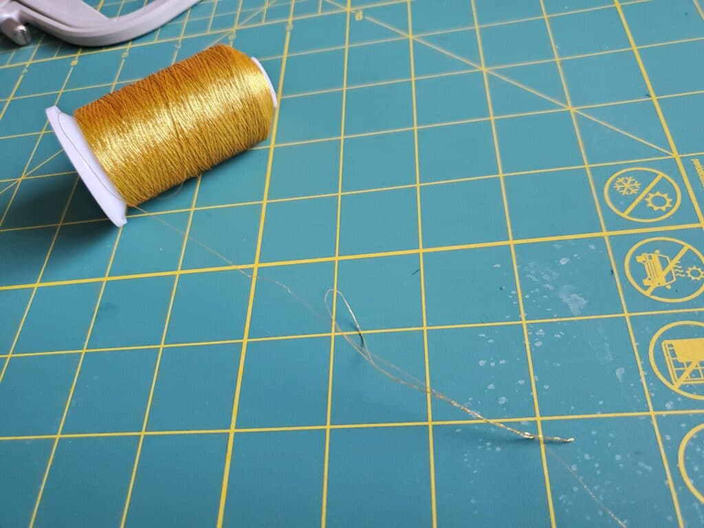 kinking and rolling of metallic embroidery machine threads